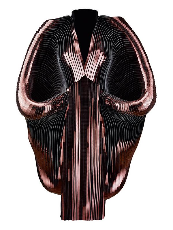 expozitie-iris-van-herpen_transforming-fashion_tehnologie-si-inovatie-in-moda-1