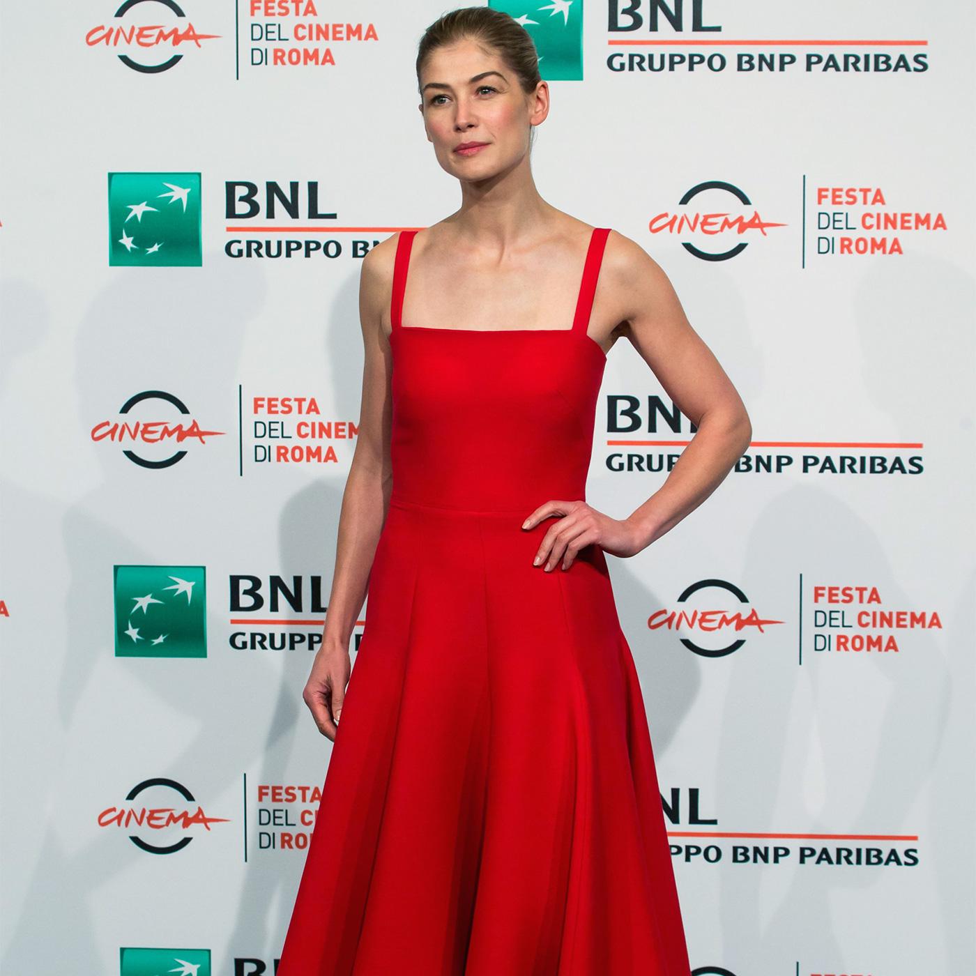 Rosamund Pike. Intr-o rochie Christian Dior.