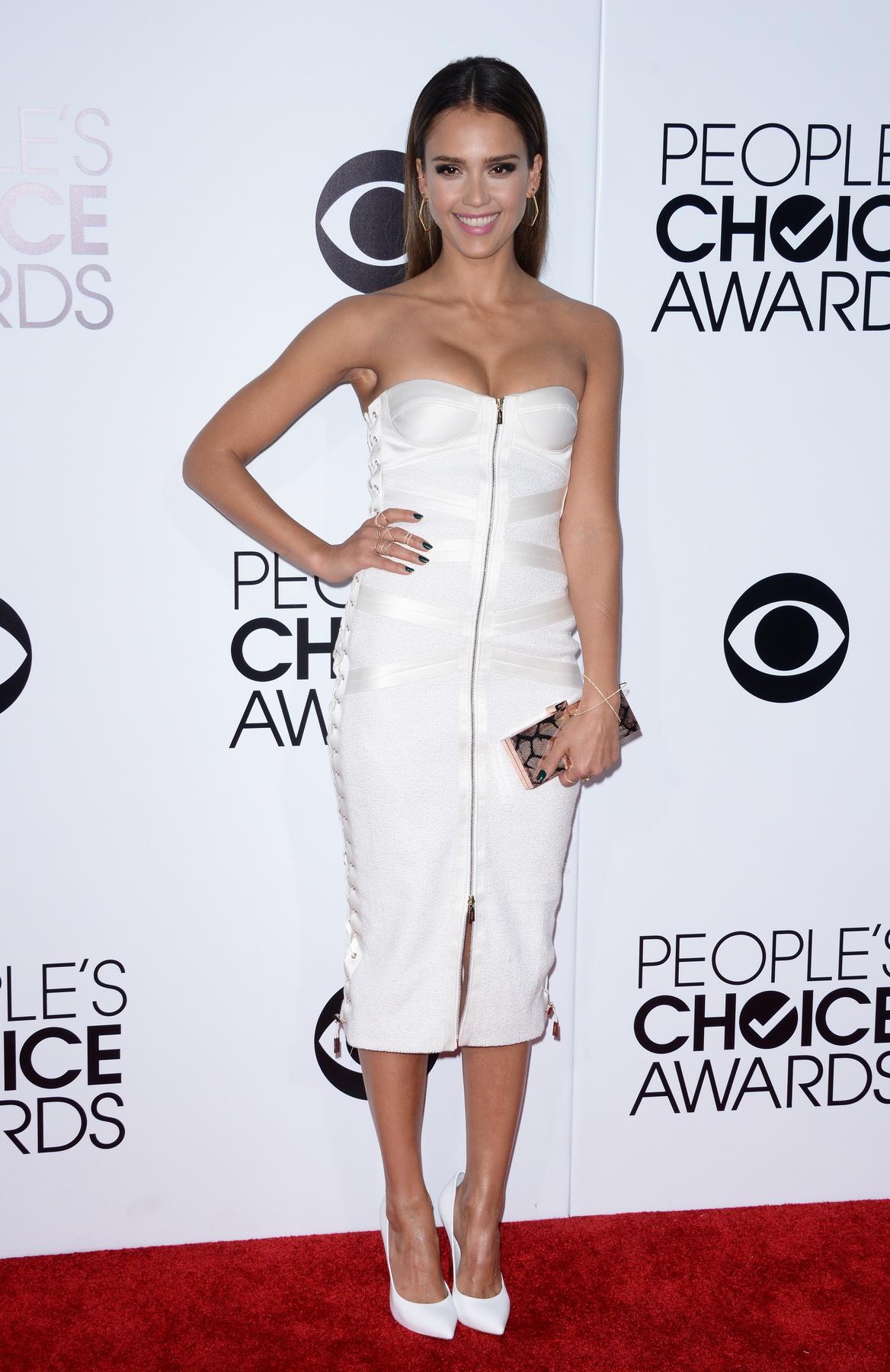 In alb pe covorul rosu de la People's Choice Awards 2014