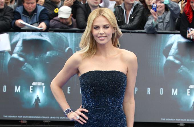 Lookul saptamanii: CHARLIZE THERON, purtand Christian Dior Couture