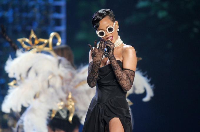 RIHANNA, pe scena la Victoria's Secret Fashion Show 2012