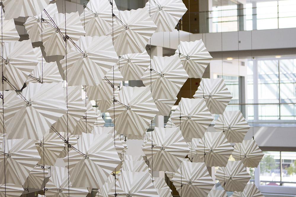 diffusionchoir_sculptura_kinetica_inspirata_de_zborul_pasarilor-2