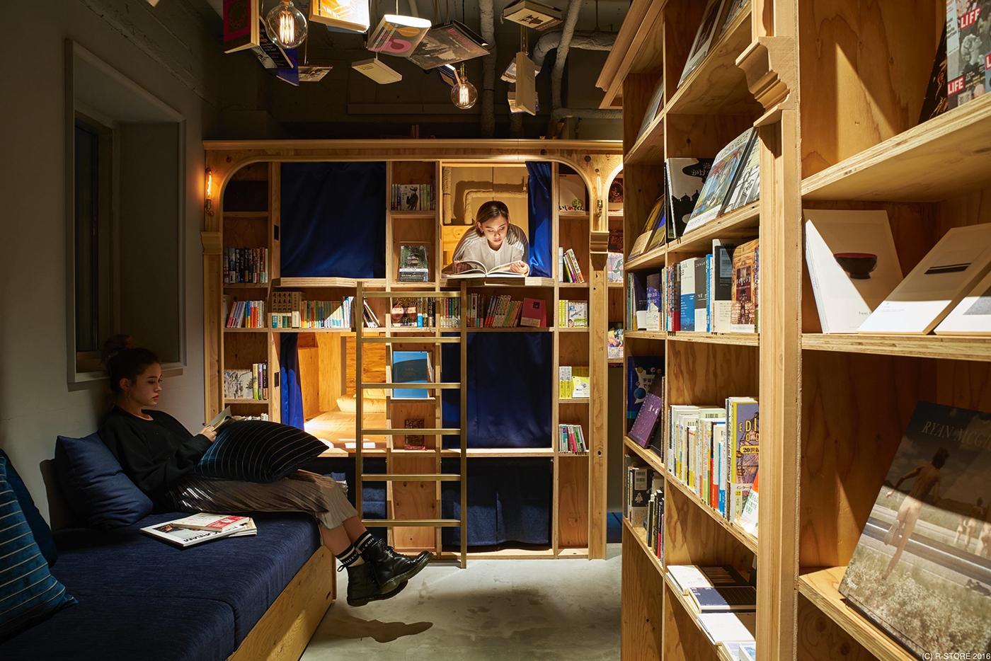 Un hostel in care dormi printre rafturi si carti