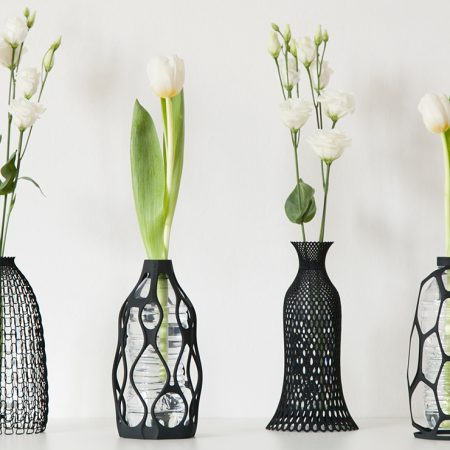 Sticle de plastic transformate in vaze de flori