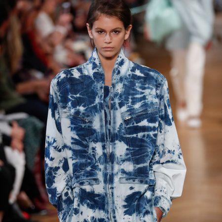 Denimul prespalat & tie-dye, din nou la moda