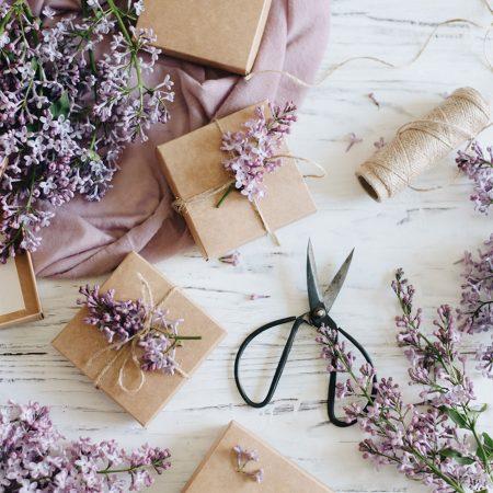 5 idei de cadouri pentru cineva care iubeste florile